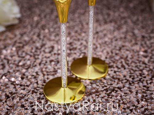 Золотые бокалы с кристаллами в ножке