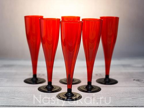 Красные пластиковые бокалы для шампанского