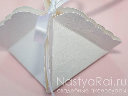 Рельефная белая коробочка