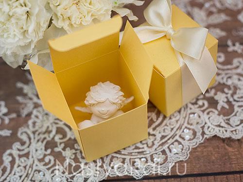 Квадратная коробочка с лентой. Золотая