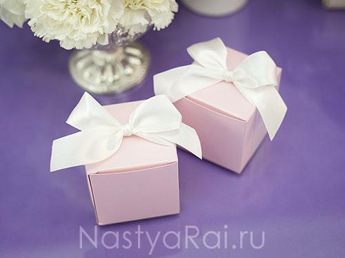 Квадратная коробочка с лентой. Розовая