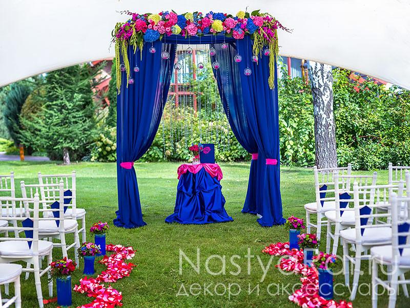Фото арка для выездной регистрации с синими цветами