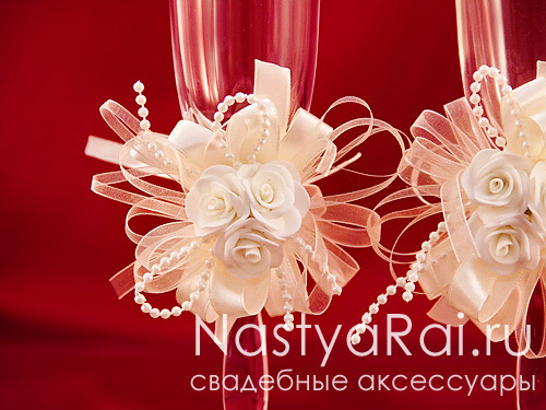 Украшение для бокалов с розами и лентами