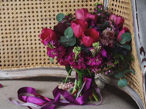 Сочный букет невесты в малиновом цвете