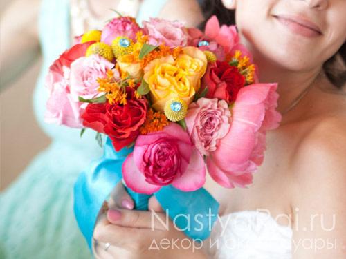 Яркий букет невесты из пионов и роз