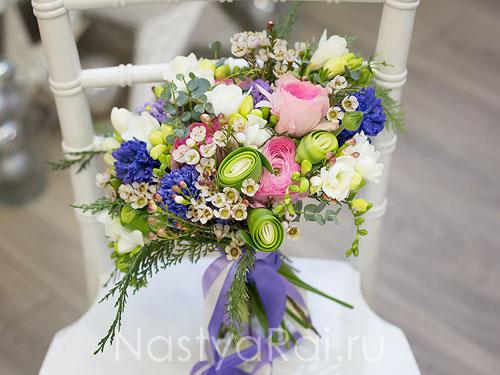Яркий букет невесты с ранункулюсами и анемонами