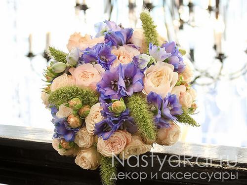 Букет невесты из розы пионовидной и дельфиниума