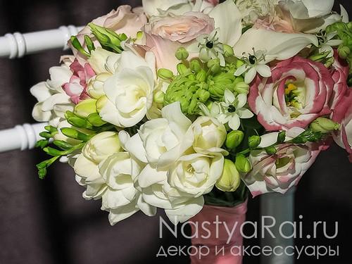 Нежный букет невесты из эустомы, фрезии и роз