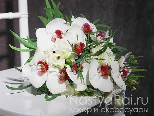 Каплевидный букет невесты из орхидеи