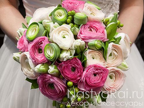 Нежный букет невесты из ранункулюсов