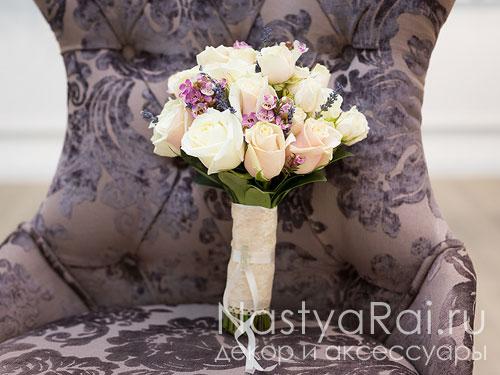 Нежный букет из роз и лаванды.
