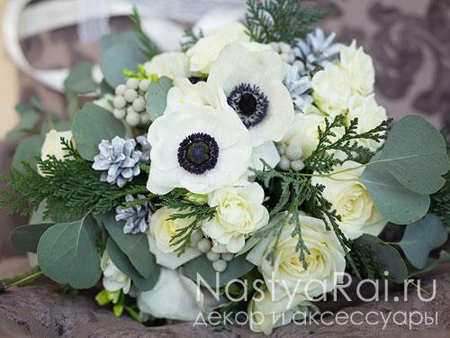 Зимний букет из белых анемонов, роз с шишками