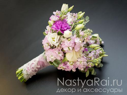 Легкий букет невесты из матиолы, эустомы