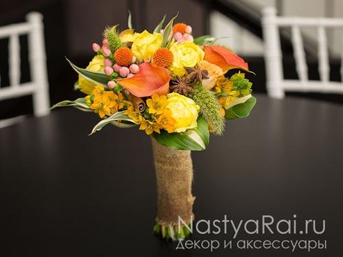 Осенний букет из пионовидных роз и калл