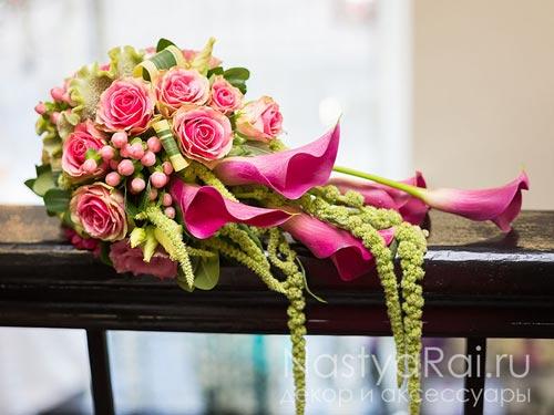 Каплевидный букет из калл и роз