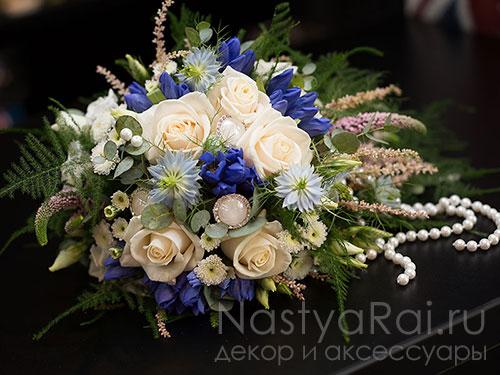 Букет невесты из розы, нигеллы и гентианы