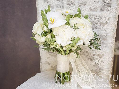 Белый букет невесты с орхидеей