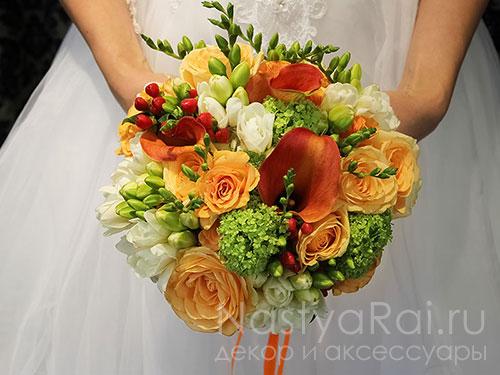 Свадебный букет из роз, каллы и вибурнума