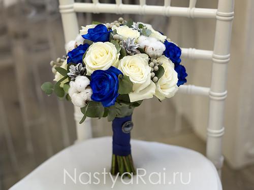 Букет невесты с синими розами и хлопком