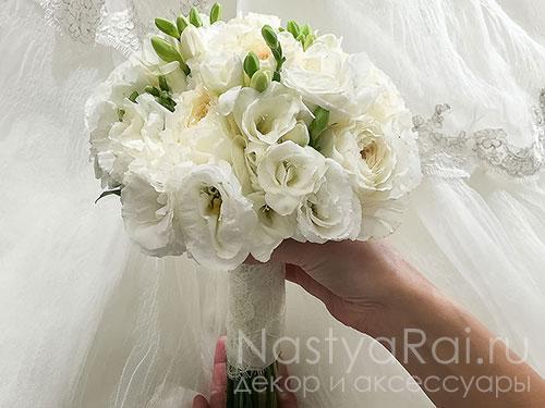 Букет невесты из пионовидной розы и фрезии