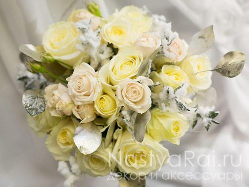 Букет невесты из роз и кустовых роз