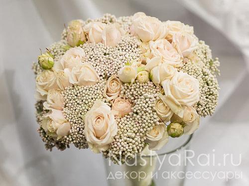 Букет невесты из кустовых роз и озатамнуса
