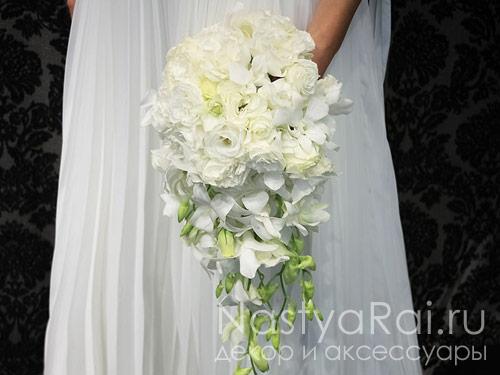 Воздушный букет невесты из орхидей и эустомы