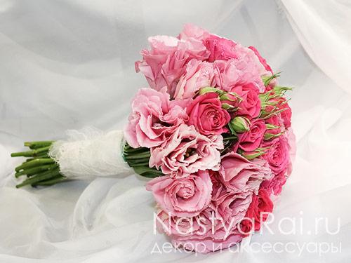 Розовый букет из кустовой розы и эустомы