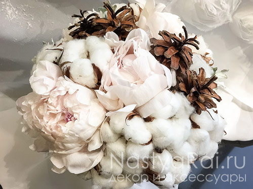 Букет невесты из пионов, хлопка и шишек