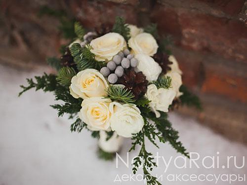Зимний букет невесты из роз и эустомы
