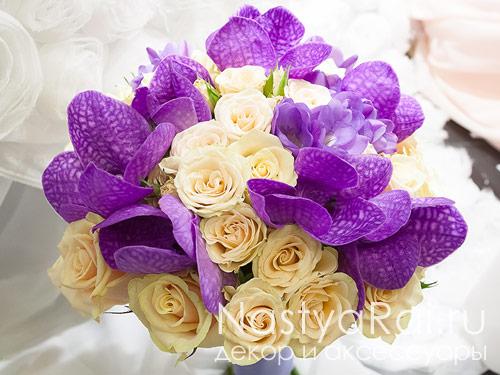 Букет невесты из роз, фрезий и орхидеи