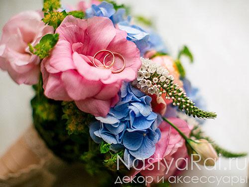 Букет из гортензии и розы пионовидной