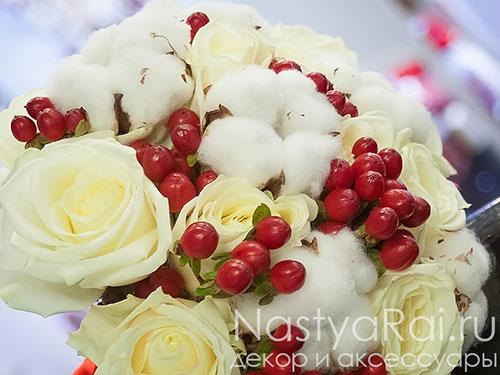 Букет невесты из роз с красными ягодами