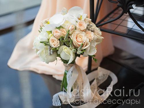 Букет из орхидеи и кустовых роз