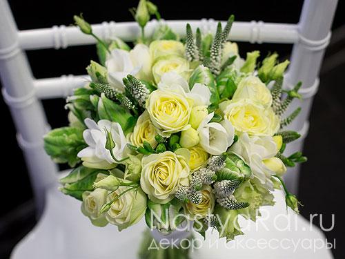 Букет невесты из кустовых роз и фрезий