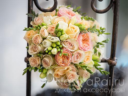 Свадебный букет из пионовидных роз и фрезий