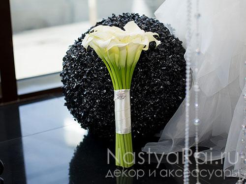 Лаконичный букет невесты из белых калл