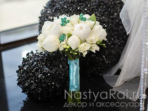 Модный букет невесты из белых пионов
