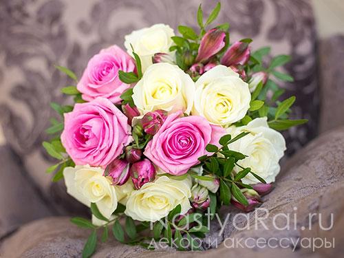 Небольшой классический букет невесты из роз
