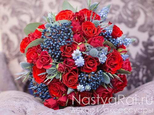Букет невесты красно-синий