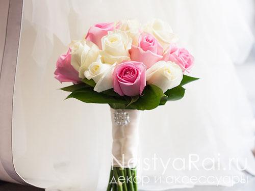 Букет невесты из белых и розовых роз