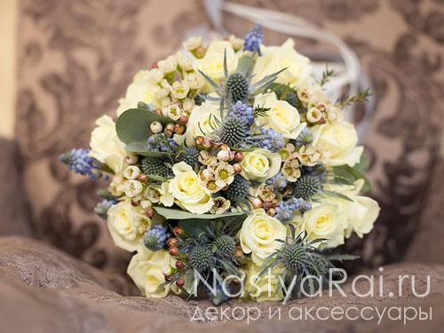 Классический букет невесты в бело-голубом цвете