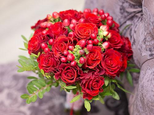 Букет невесты из красных роз с ягодами