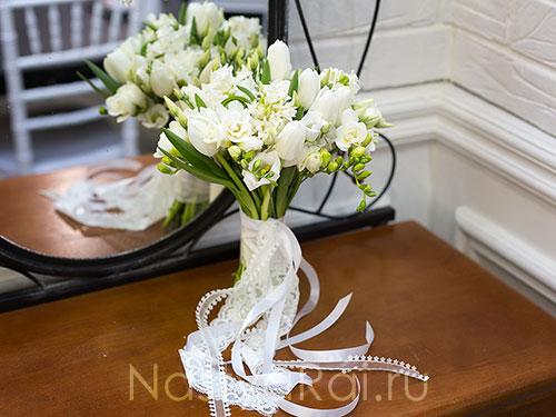 Нежный букет невесты из фрезий и тюльпанов