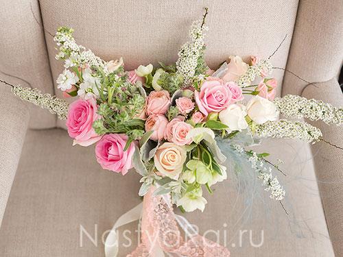 Нежный букет невесты со спиреей