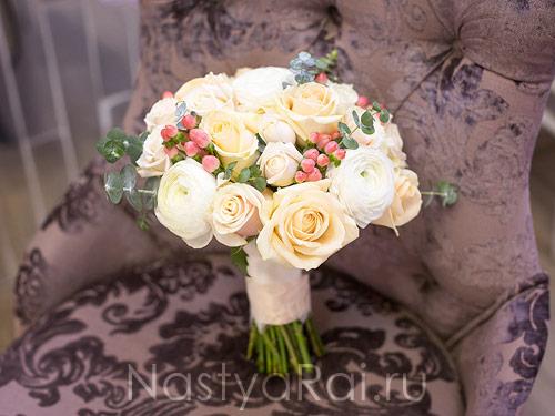 Букет невесты в бело-персиковых тонах