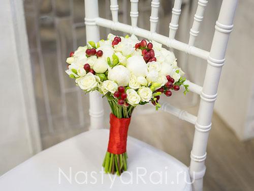 Букет невесты из белых пионов с ягодами
