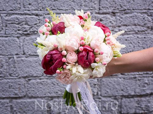 Букет невесты с бордовыми пионами