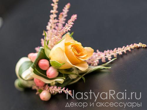 Бутоньерка из розы и астильбы