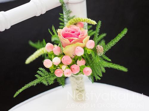 Бутоньерка из розы и гиперикума